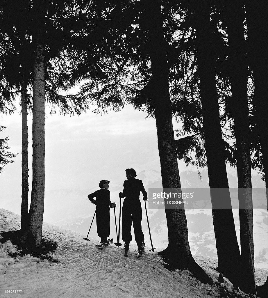 1936. Пьеррет Дуано и Мишель Сулаж катаются на лыжах в Межеве