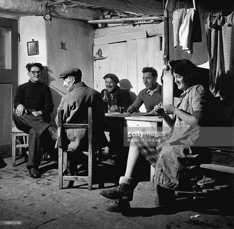1947. Мужчины и женщины за беседой в первой половине дня в Сен-Веране