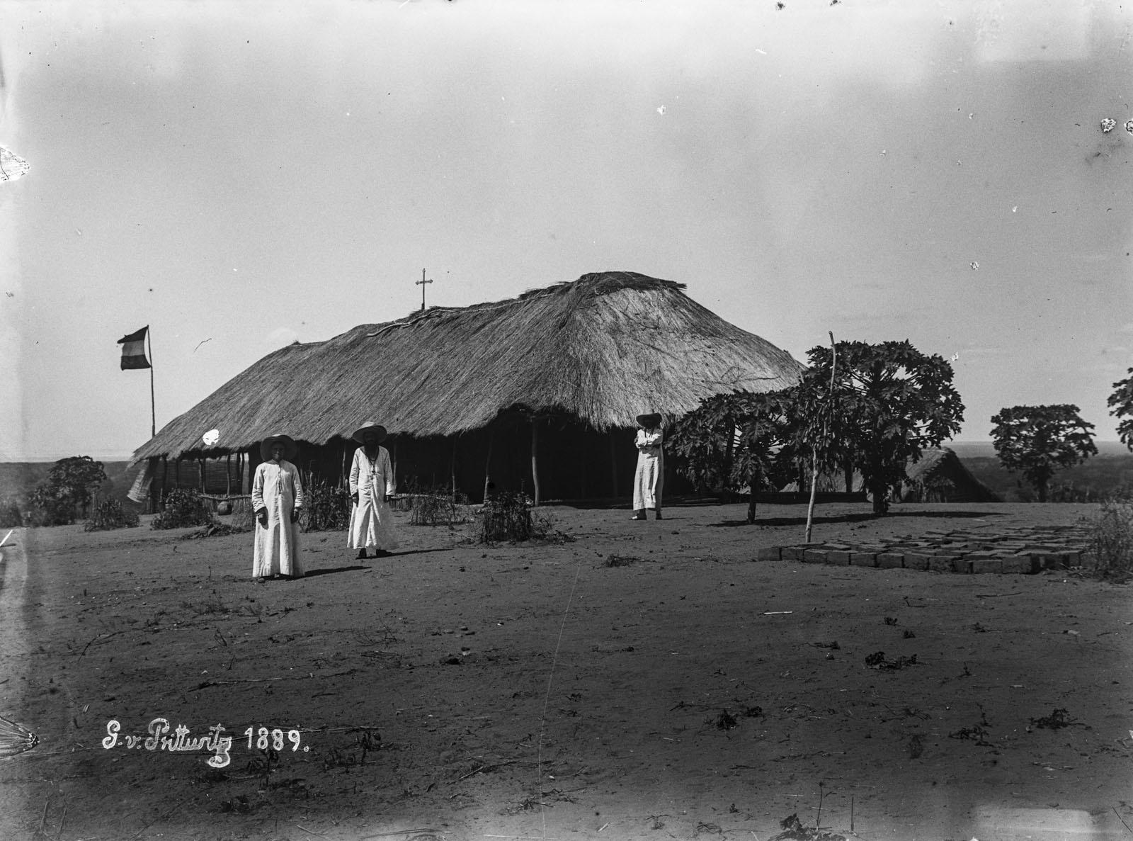 27. 1899. Пастор перед миссионерской станцией в Рукве