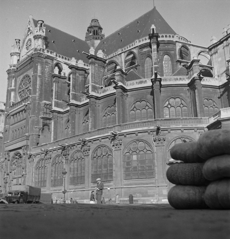 17. Мешки с овощами занимают пространство вплоть до церкви Сент-Эсташ