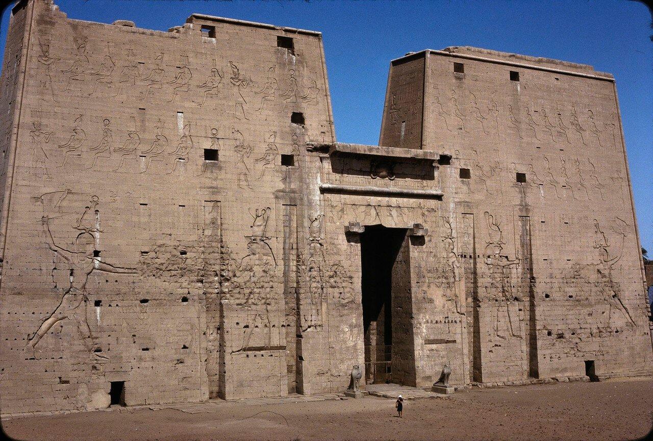 Эдфу. Храм Хора. Пилон высотой 36 м, на северной стороне
