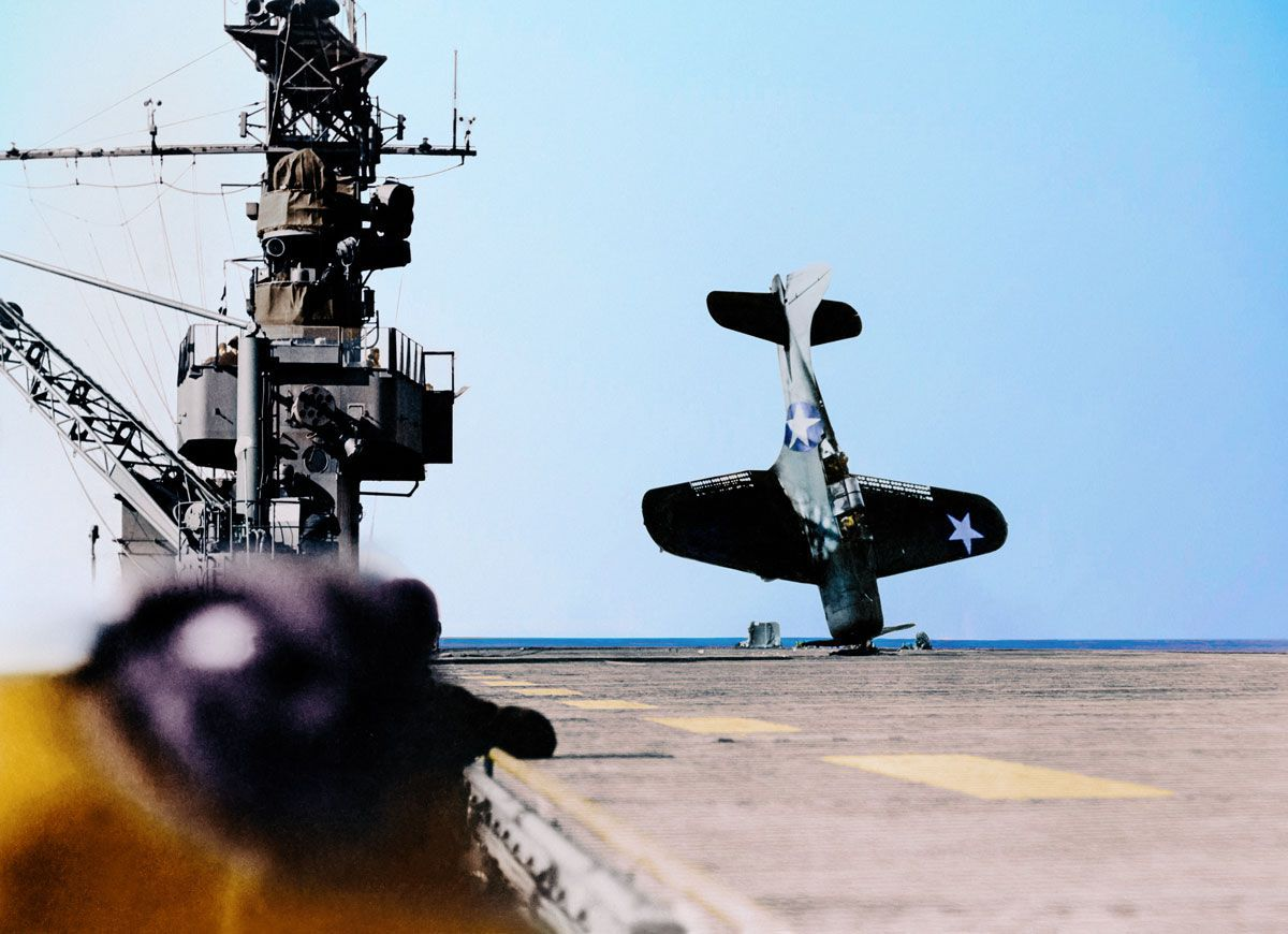 1943. Бомбардировщик балансирует на носу после аварии во время посадки на летную палубу в Тихом океане