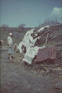Молодая женщина с ребенком сушит белье