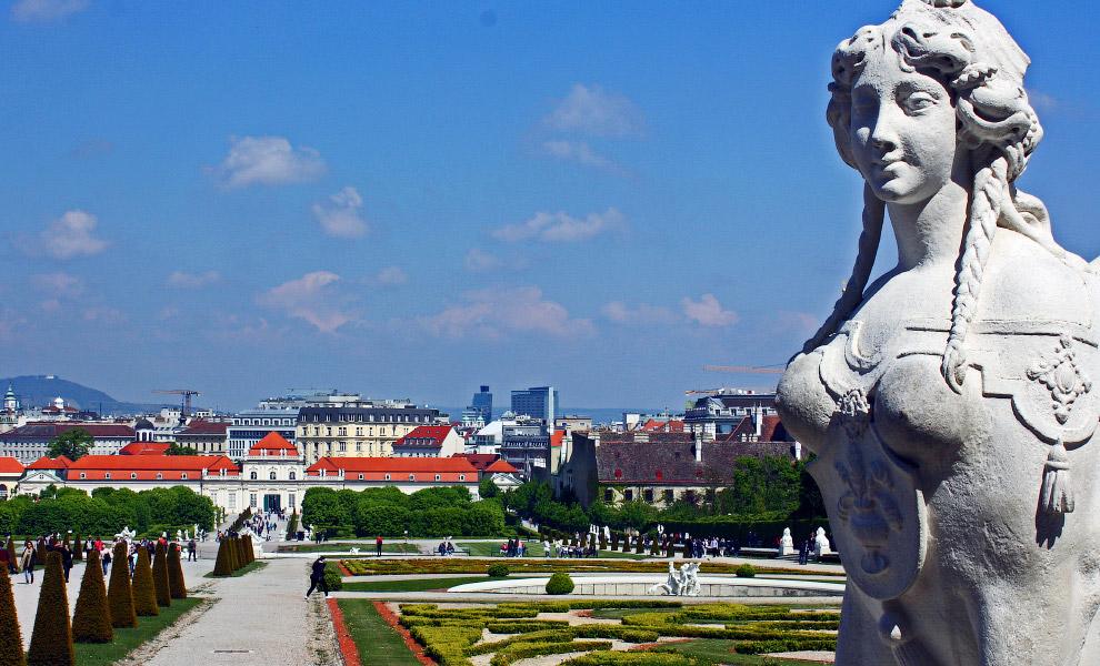 Здесь есть и роскошные дворцы, и величественные площади, живописные улочки и многочисленные скв