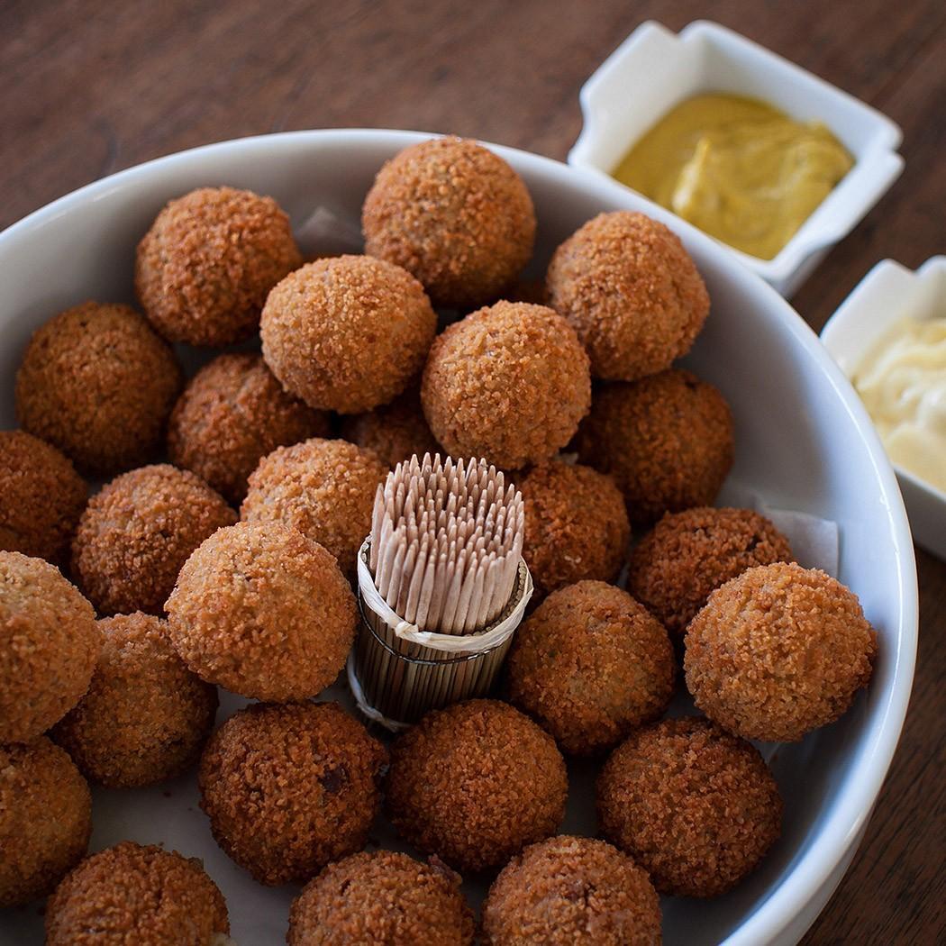 7. Горькие шарики, или Bitterballen — шарики из телятины или рыбы, приготовленные во фритюре. Как пр