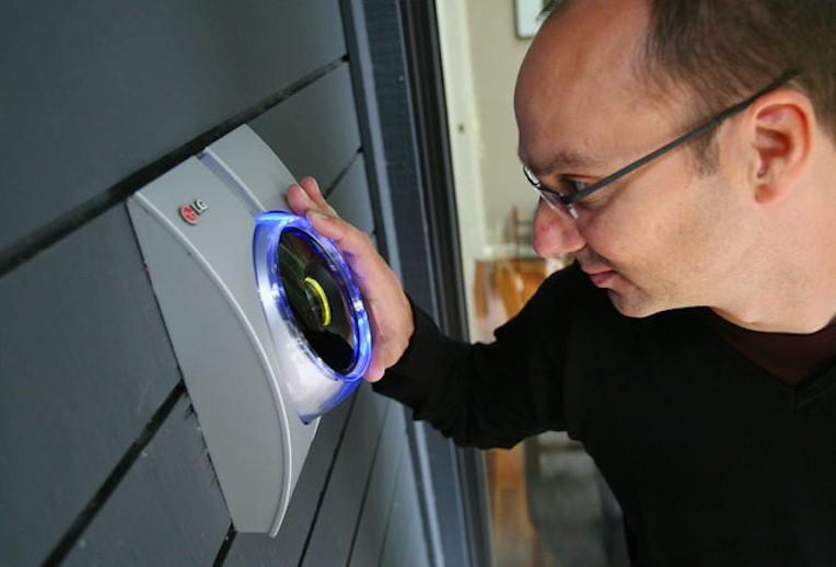 12. Сегодня и для доступа в родной дом можно заказать сканер сетчатки глаза Но гораздо интереснее и