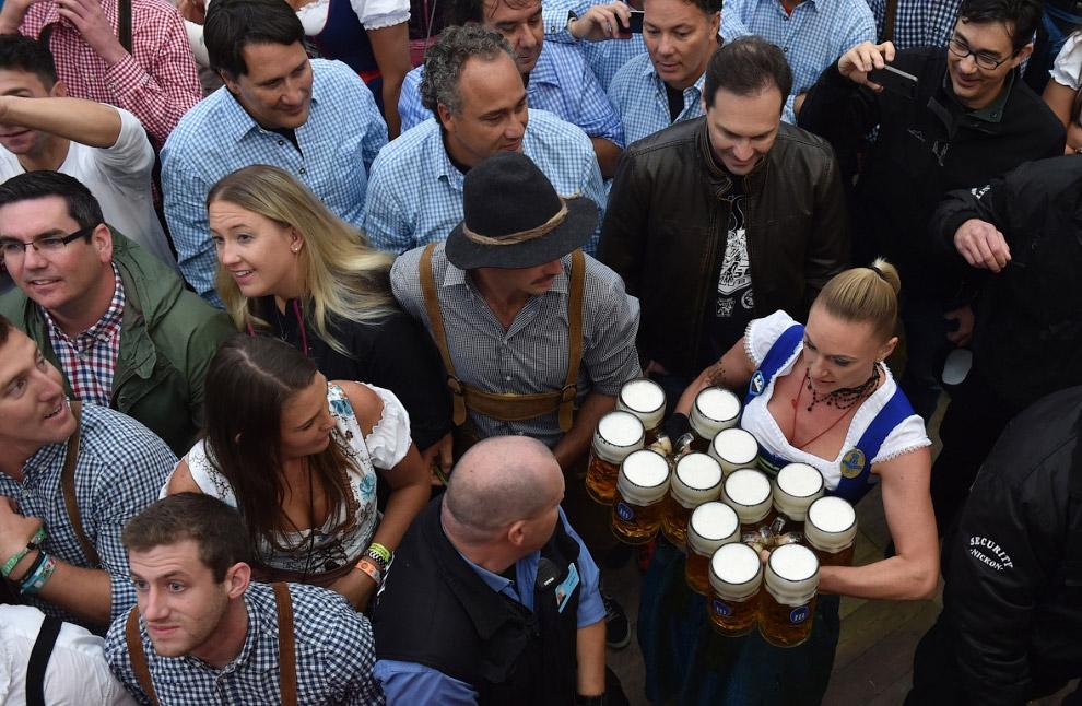 7. Специально для «Октоберфеста» в Мюнхене варят около 7 миллионов литров пива. В 1980 году гости пр