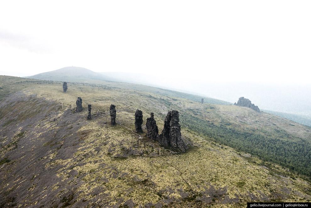 8. Столбы Маньпупунёр находятся в 700 метрах над уровнем моря. Высота самого низкого — 30 метров, са