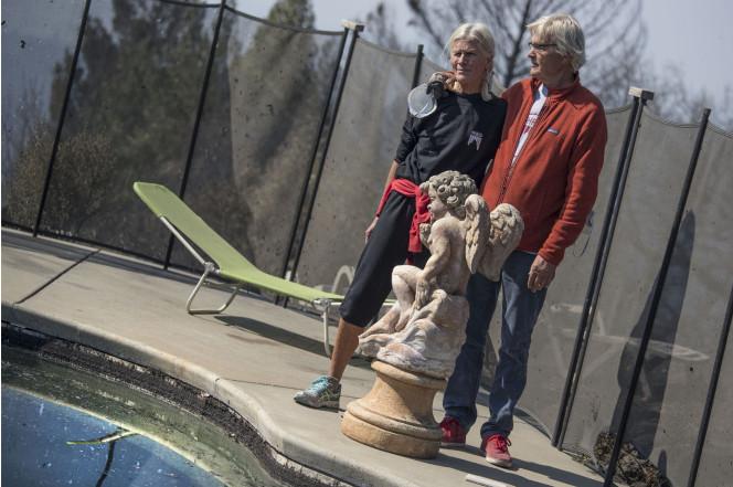 Пара из Калифорнии спаслась от пожара, просидев шесть часов в бассейне (2 фото)
