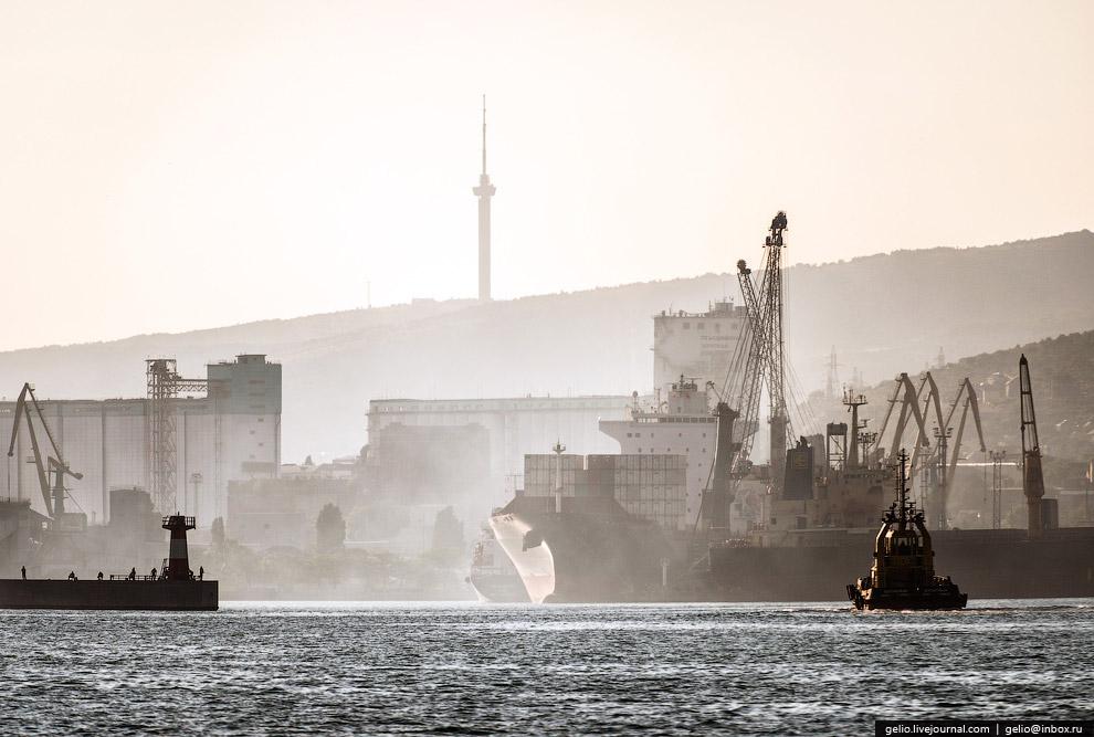 44. За год в Новороссийский порт заходит более 4 500 судов.