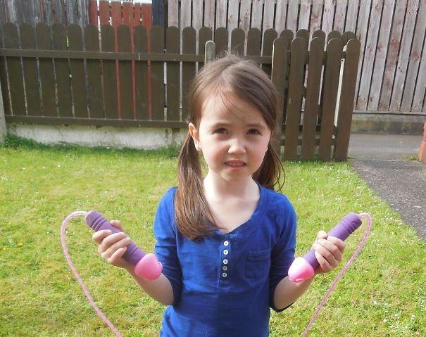 Моя 9-летняя сестра вышла из комнаты и сказала, что сделала сахарную вату из воздушных шариков