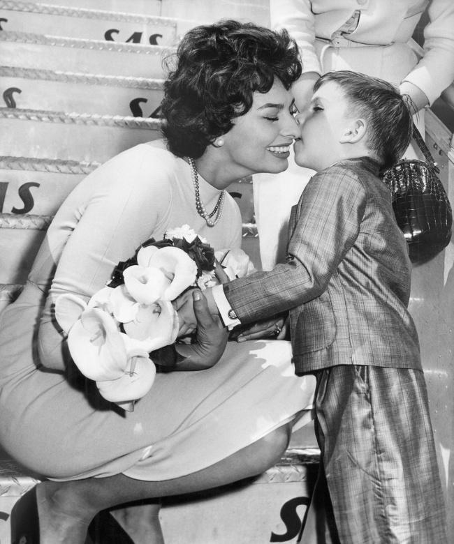 © Ellis Bosworth/eastnews     Мальчик подарил цветы ипоцеловал Софи Лорен, 1957.