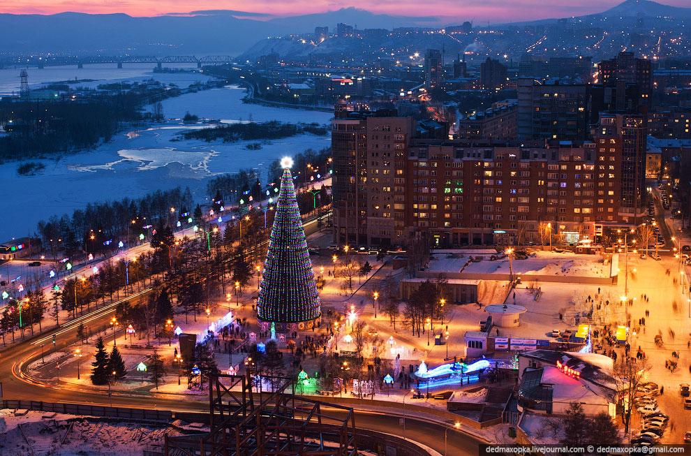 По всему городу очень много всяких светящихся штук — искусственных деревьев, гирлянд, шаров, компози