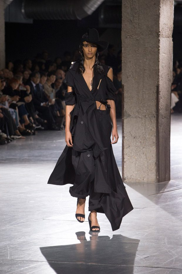 #PFW: YOHJI YAMAMOTO Spring Summer 2018 Womenswear Collection (41 pics)