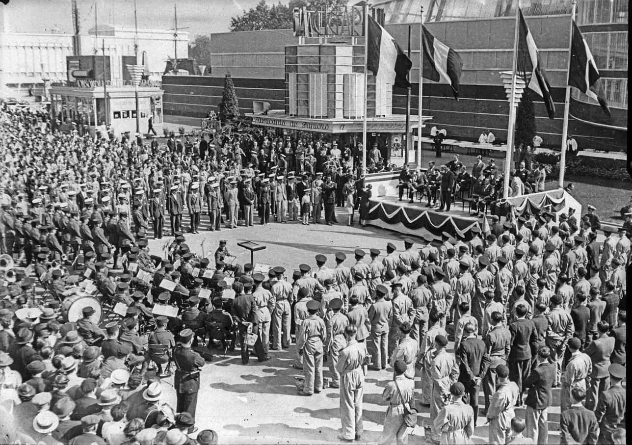 Павильон аэронавтики. Церемония открытия. Военный оркестр перед павильоном