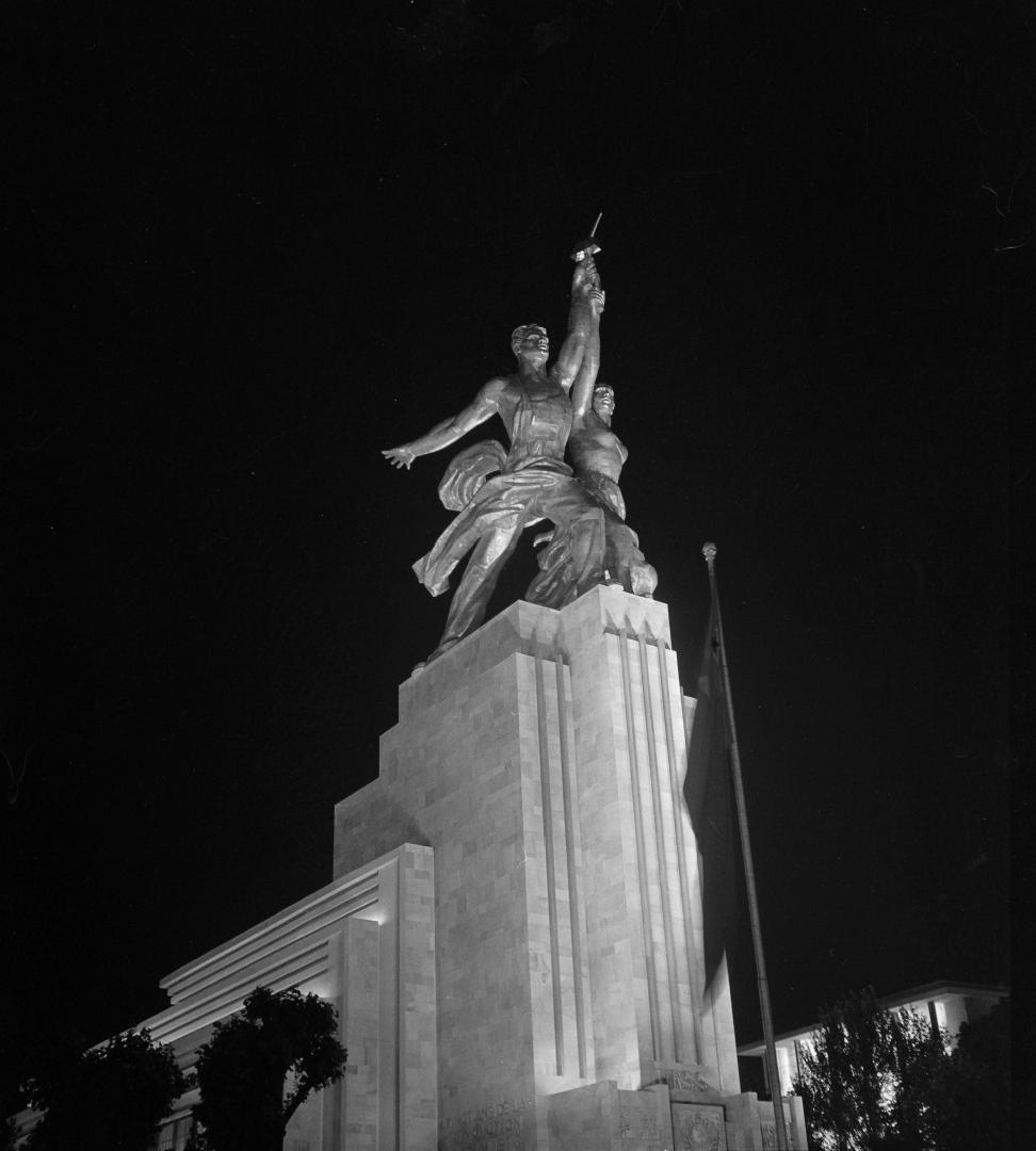 Группа «Рабочий и колхозник» Веры Мухиной в ночное время