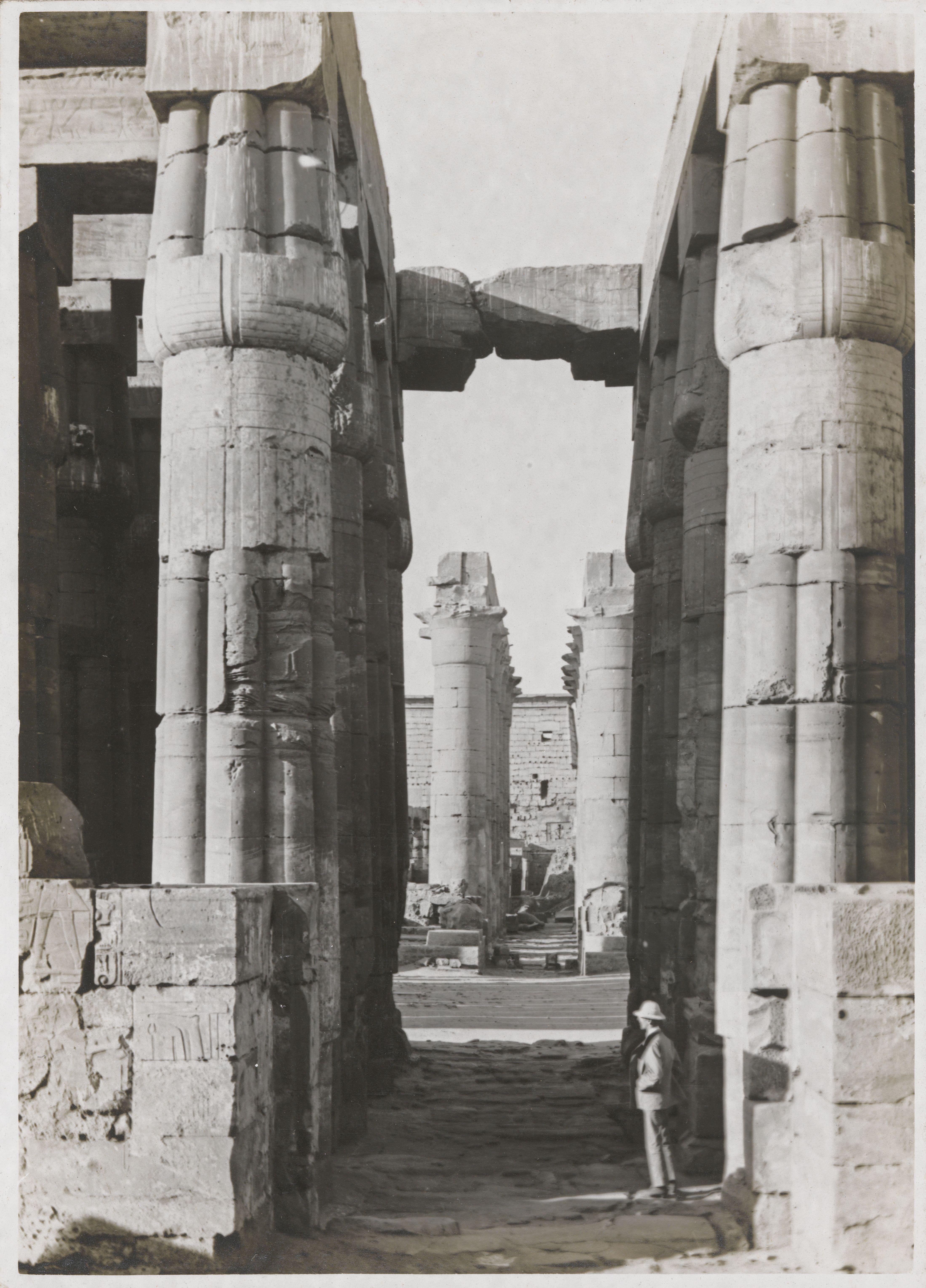 Луксор. Вид с крыльца храма на второй двор. Северная колоннада