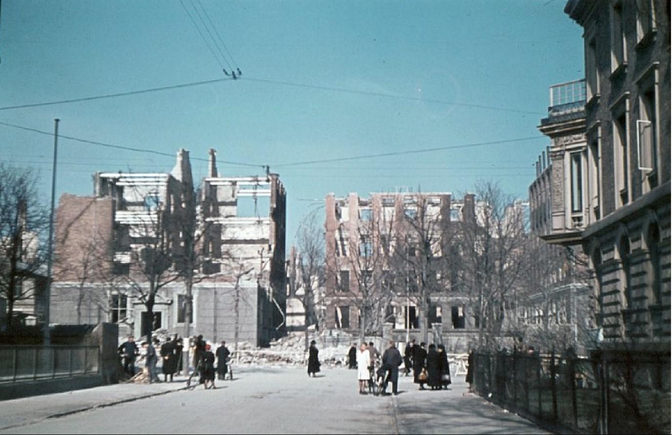 1945. Ошибочно разбомбленная французская школа и близлежащие кварталы. Руины школы просматриваются у Фредериксберга