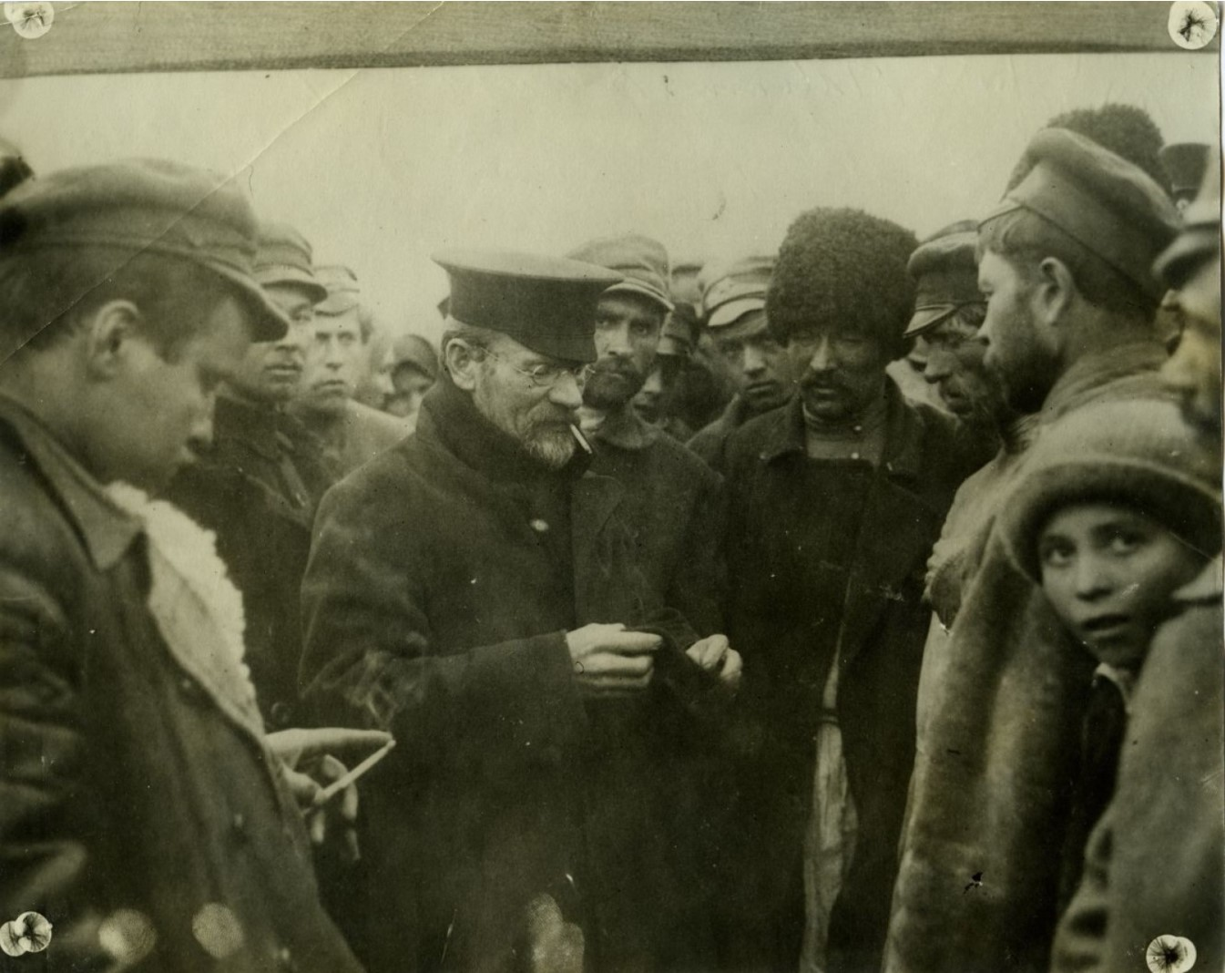 1921. Михаил Калинин общается с народом
