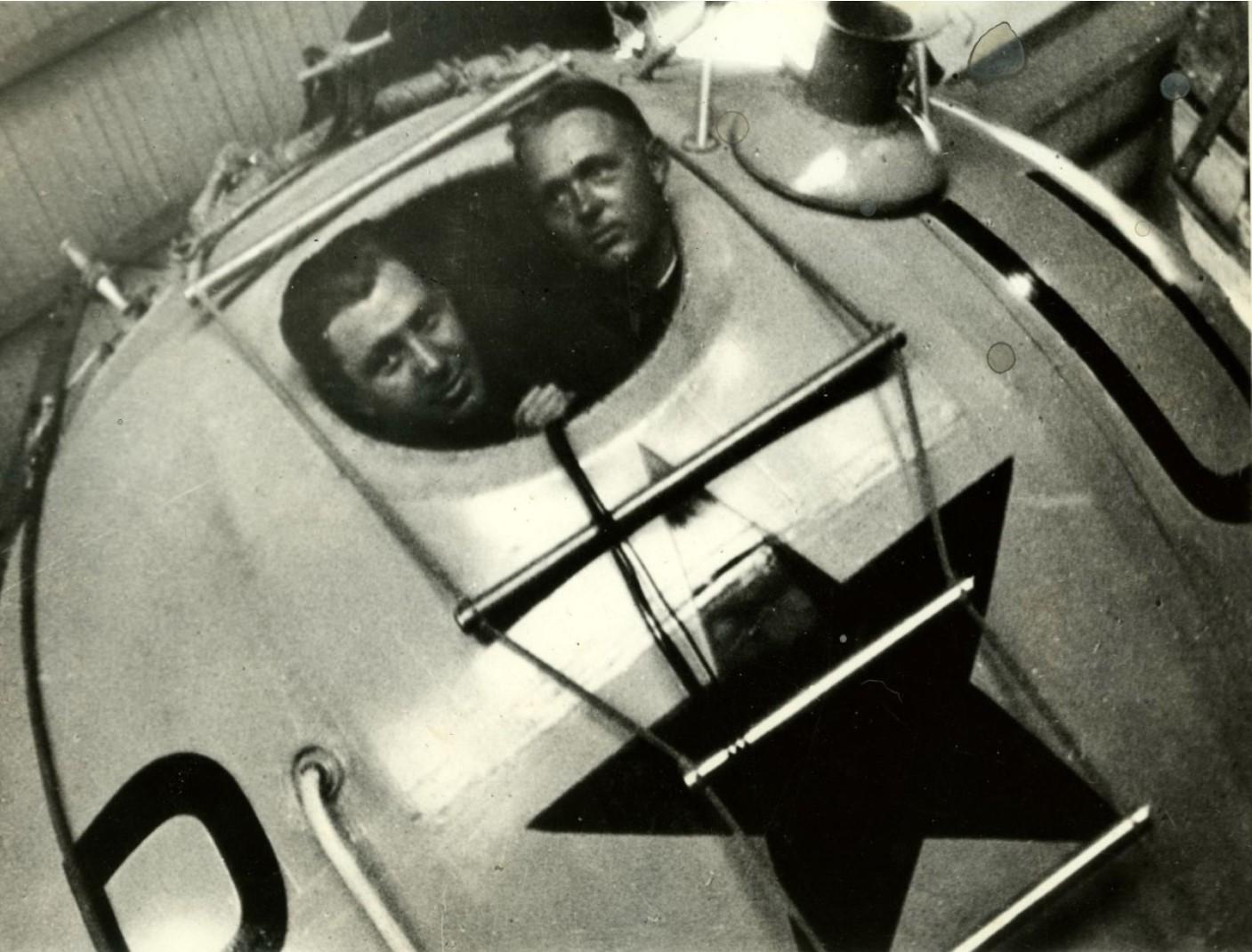 1933. Г. А. Прокофьев и Э.К. Бирнбаум в гондоле «СССР-1»