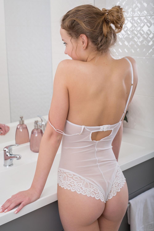 Симпатичная Faina Bona в ванной