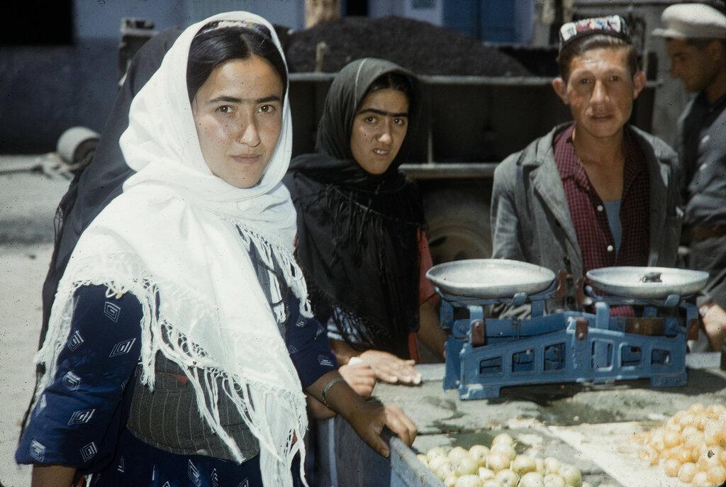 Asia, people at market - Tadjiks