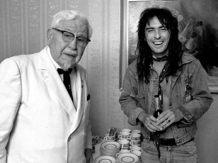 Встреча рок-певца Элиса Купера и Полковника Сандерса, основателя сети KFC.