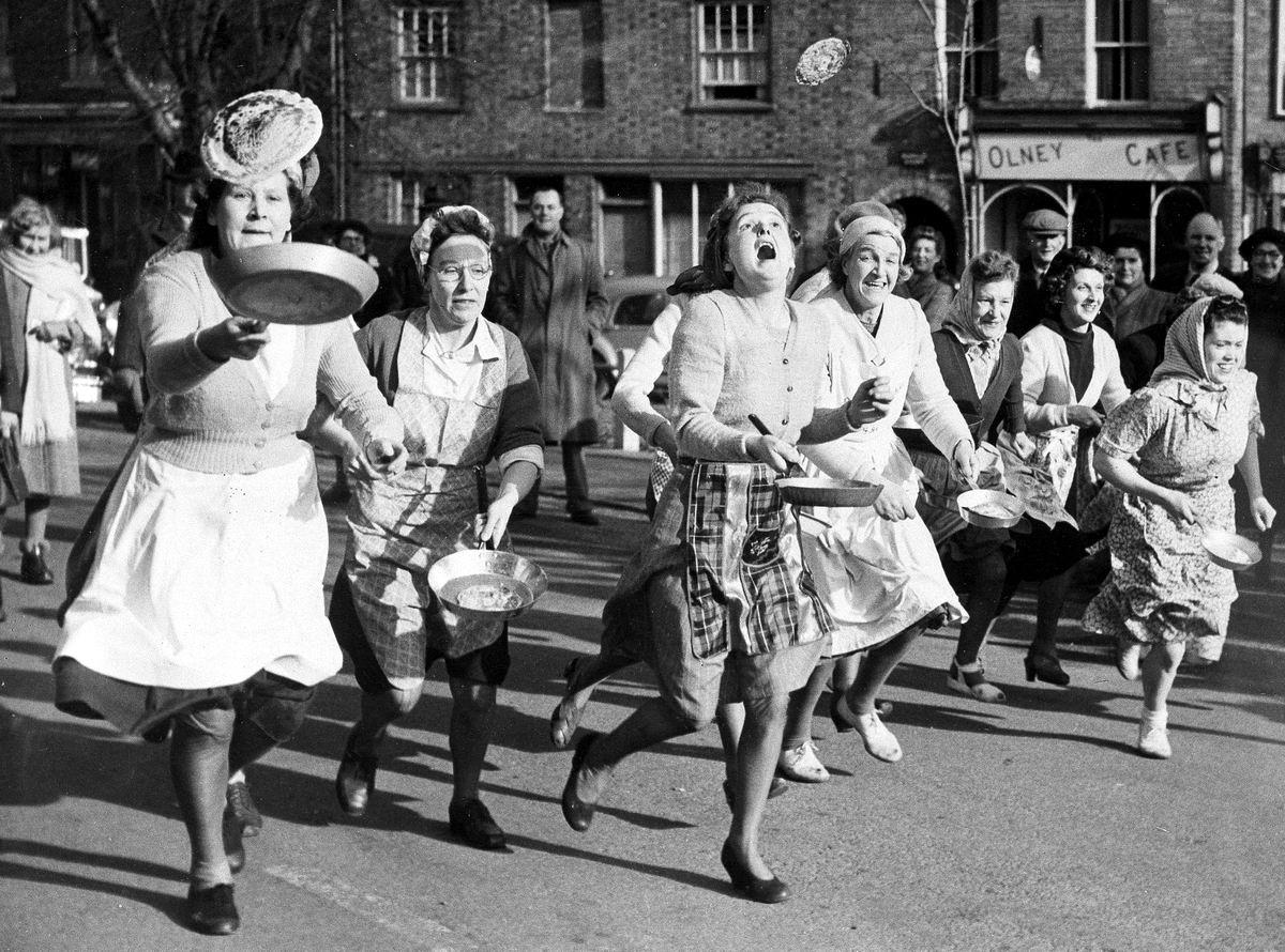 Со сковородками наперевес: Праздничный забег британских домохозяек