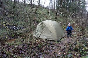 ребенок у палатки снаряжение Cetus в походе в ноябре