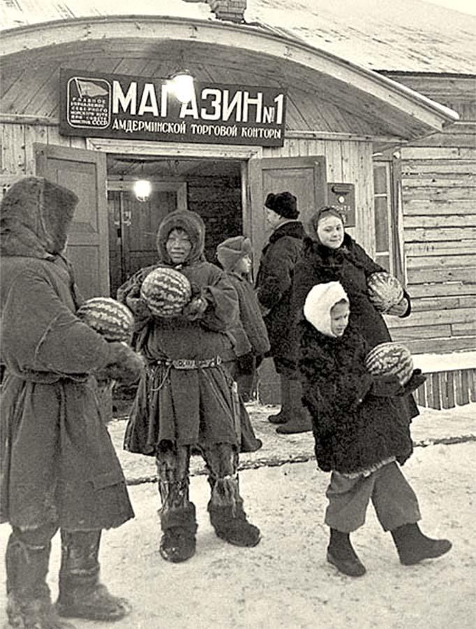 655807 Торговля арбузами в поселке Амдерма Ненецкий АО 1952.jpg