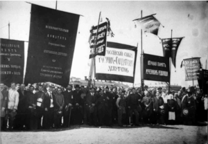 Члены Исполнительного комитета Совета рабочих и солдатских депутатов и Исполкома Всероссийского Совета крестьянских депутатов на первомайской демонстрации. 1 мая 1917