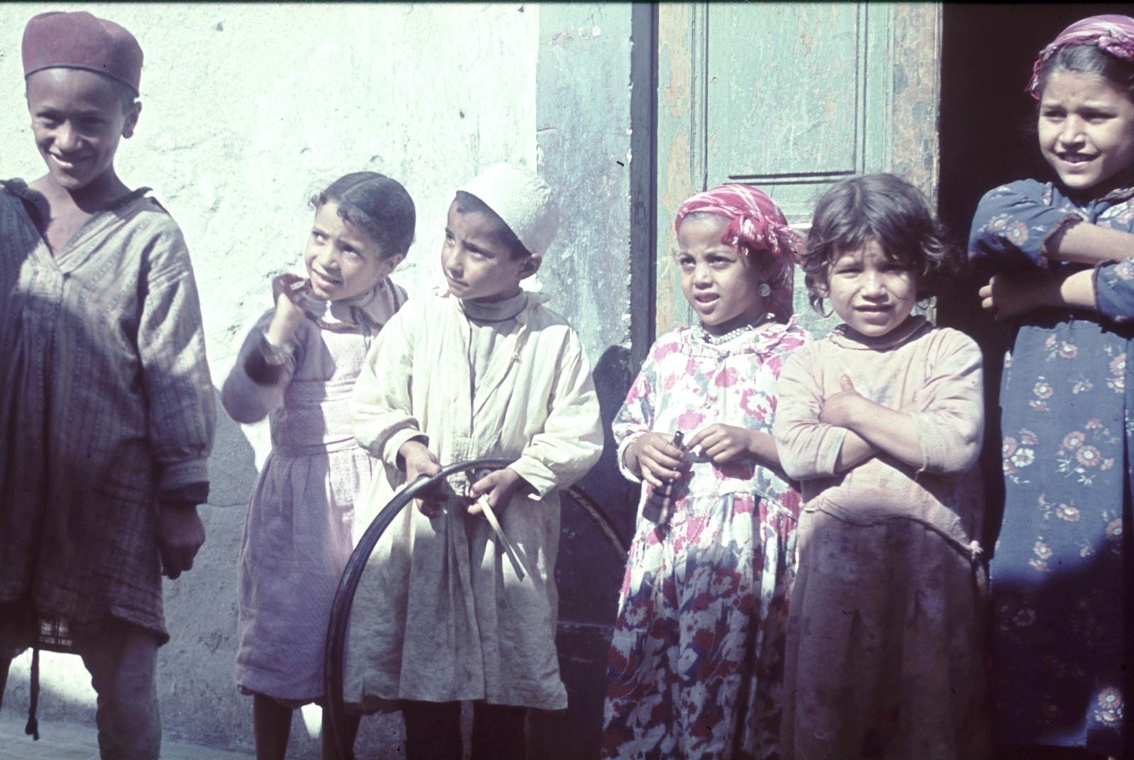 Триполи. Группа детей на пороге дома