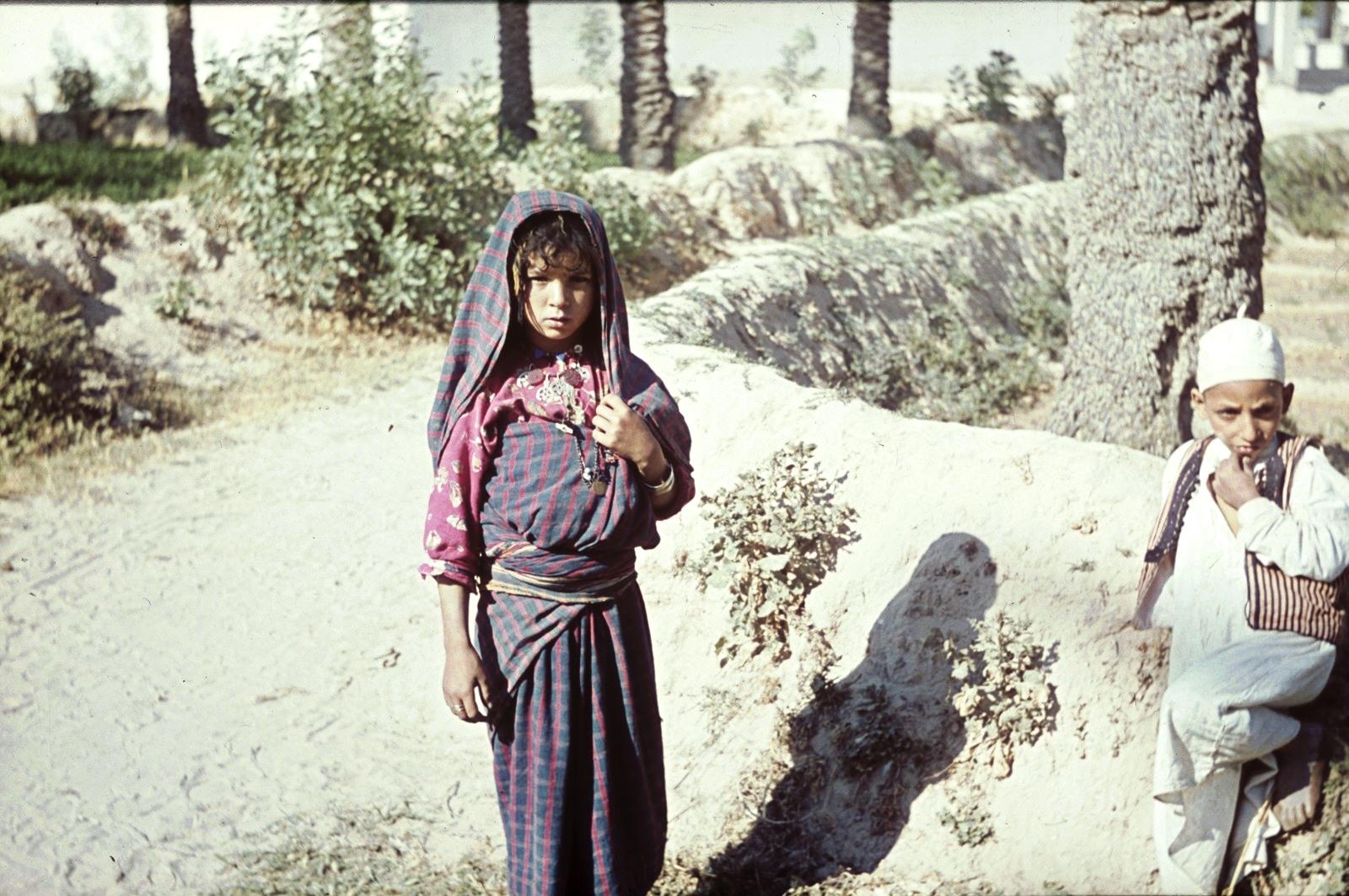 Триполи. Двое детей на прогулке