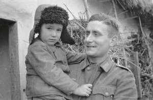 Солдат с ребенком на руках