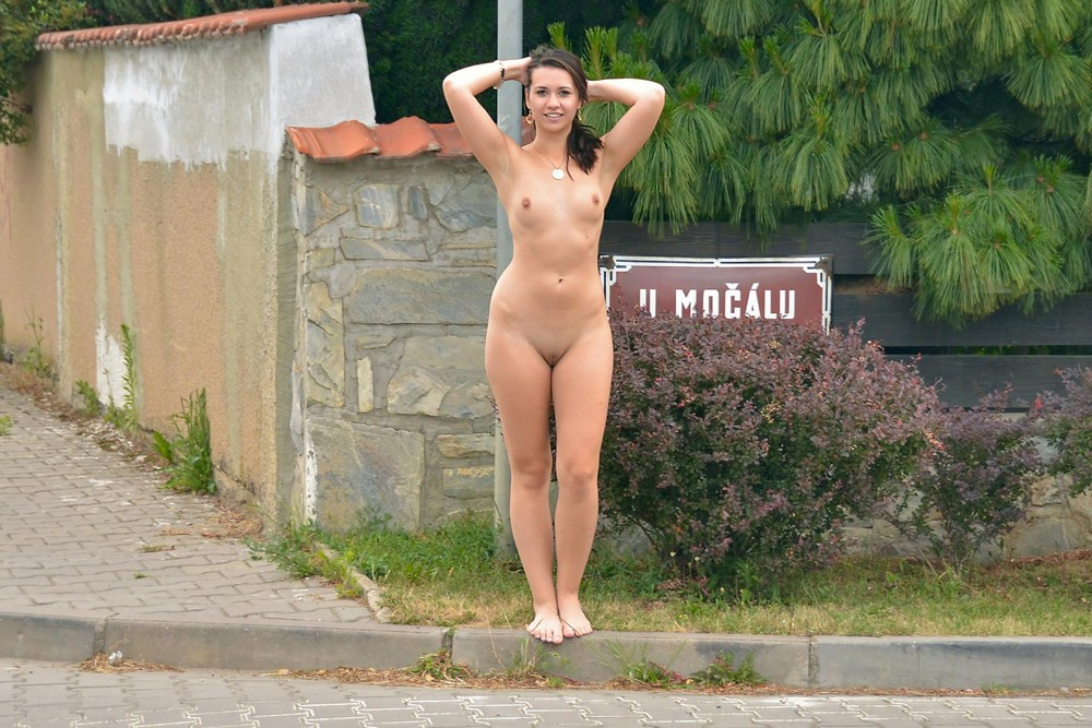 полностью голая на улице спонтанный секс, случайными