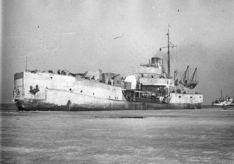 Советская канонерская лодка «Бира» выходит в ледовый поход по Ладоге, 9 апреля 1943 года