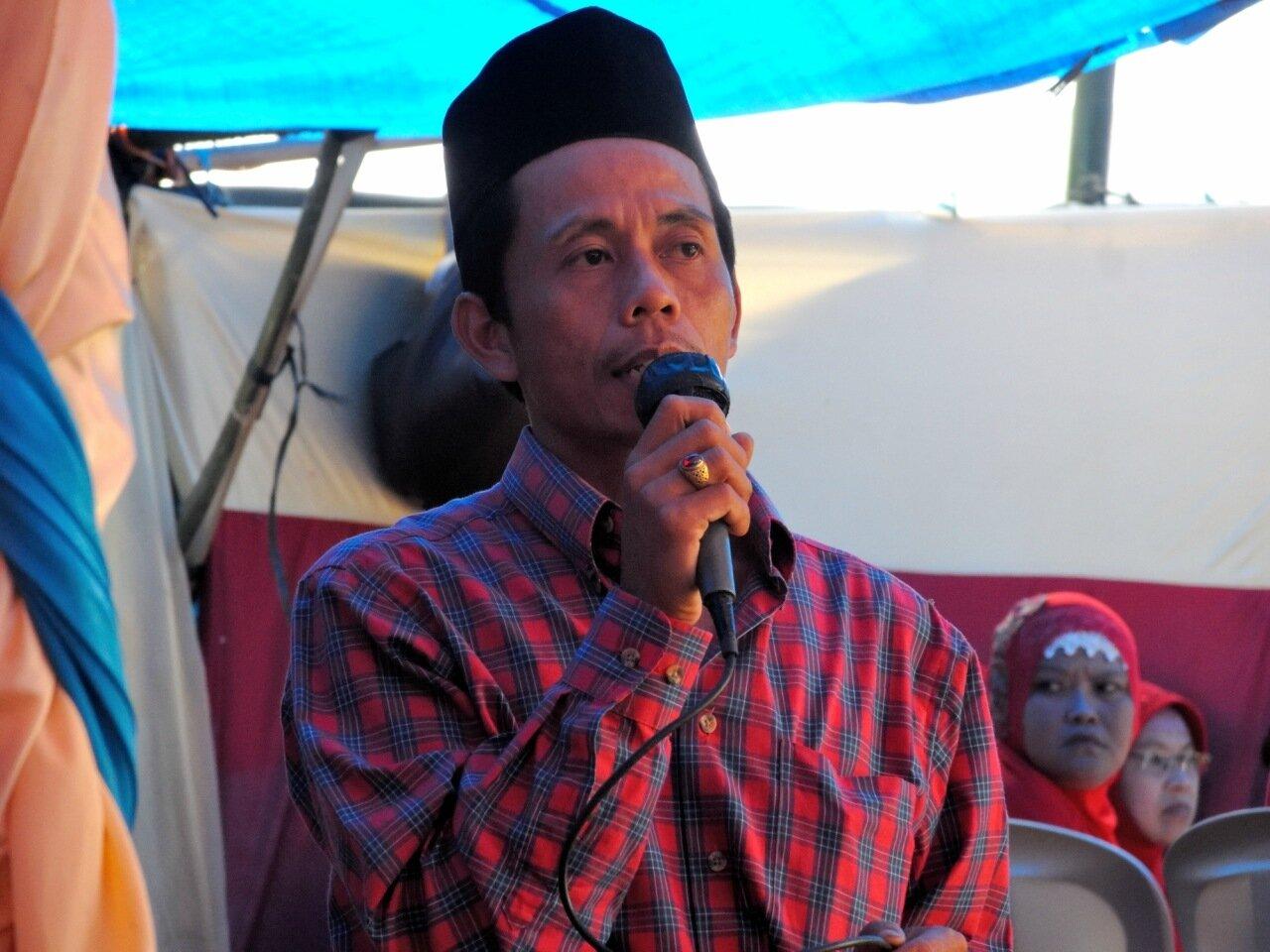индонезиец в микрофоном