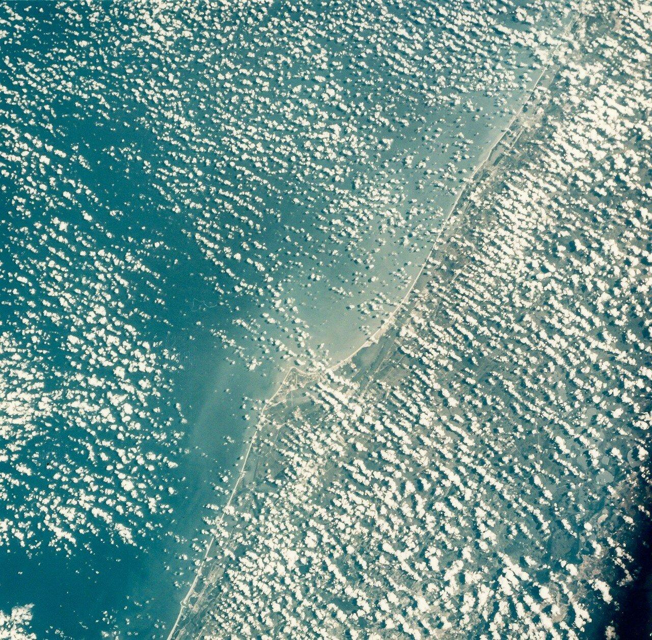 1968, октябрь. Космический центр Кеннеди в облаках с борта «Аполлона-7»