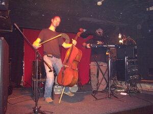 Петя танцует с виолончелью, а Павел схватил гармоху в руки