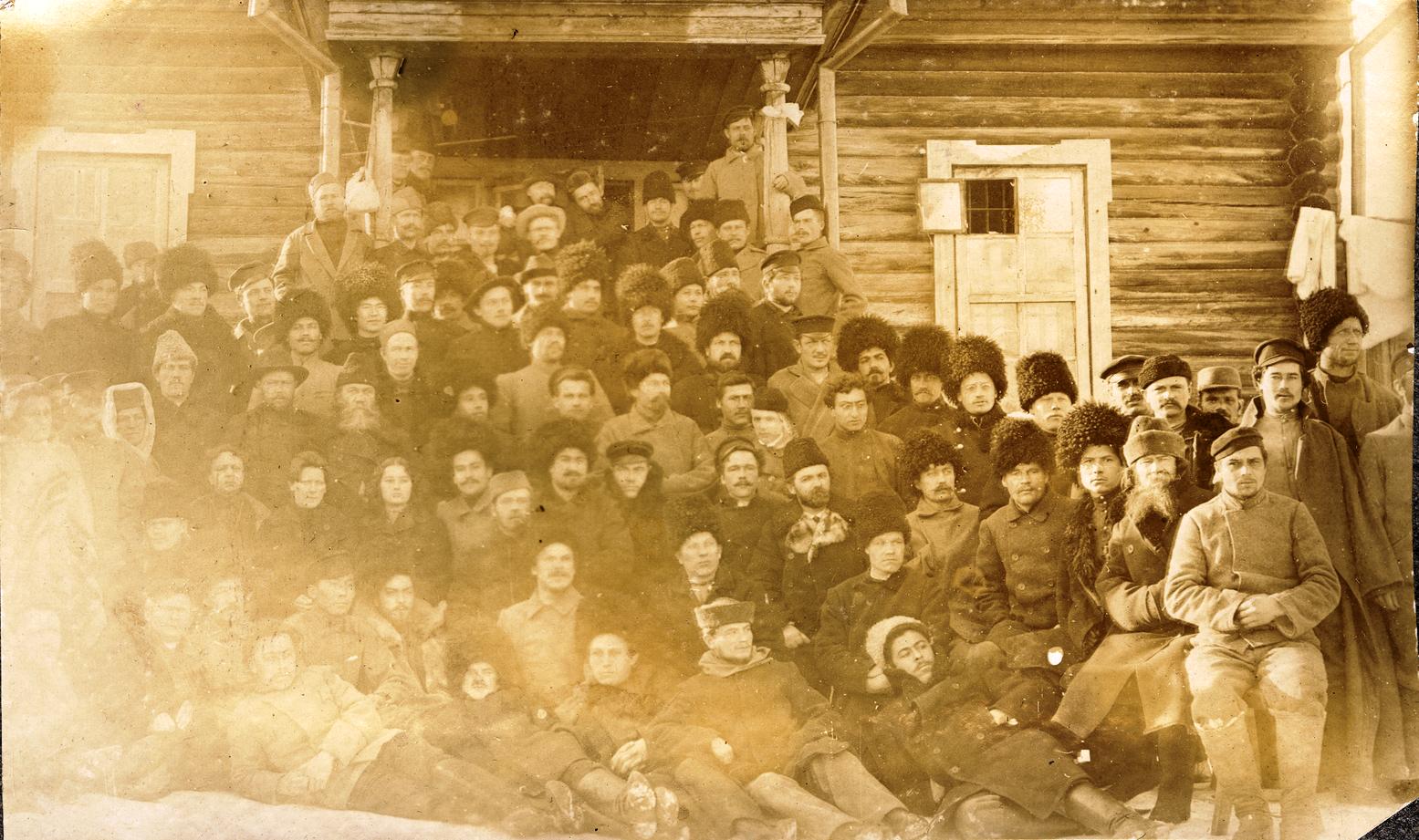15. Групповой снимок каторжан и охранников на фоне здания Акатуевской тюрьмы