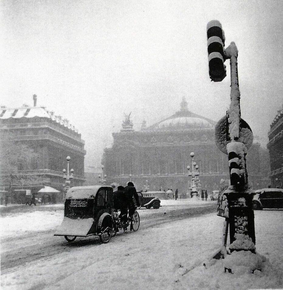 1942. Рикша-такси на авеню Опера