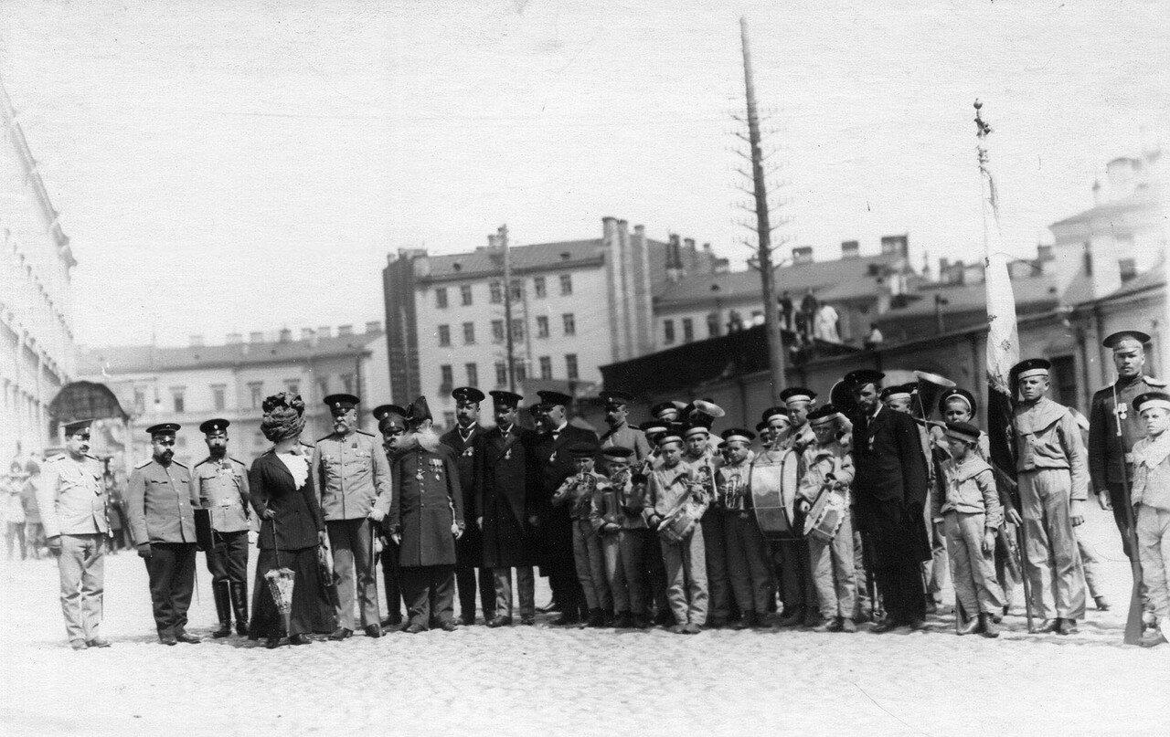 34. Военный министр Сухомлинов В.А.(5-ый слева) с группой наблюдают за парадом воспитанников