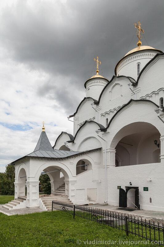 Северное крыльцо Покровского собора и вход в церковь прп. Софии Суздальской