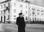 Отец у тёти Люсиного дома №3 по Удельному проспекту, Ленинград, ок. 1957 г.