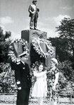 Папа, Люба и мама у памятника Ленину в Севастополе, 1957 г.