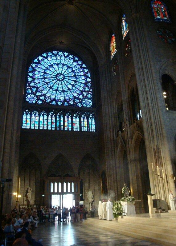Идёт служба в Соборе Парижской Богоматери
