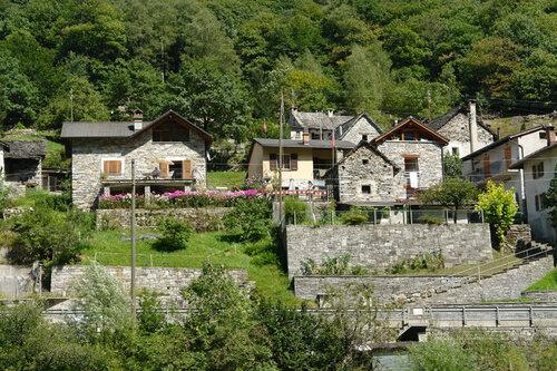 Деревня у горной реки