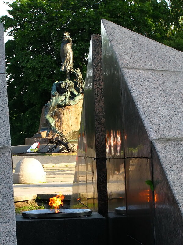 Вечный огонь и памятник адмиралу Макарову