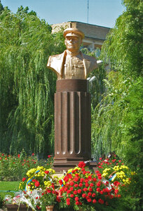 Памятник Николаю Фёдоровичу Ватутину, генералу армии, Герою Советского Союза, командующему I Украинского фронта, открытый в Донецке