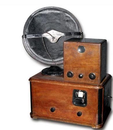 Первый же оптико-механических телевизоров марки «Б-2» с размером экрана 3х4 см был разработан инженером А.Я. Брейтбартом. В 1931 году в газете «Правда» появилось сообщение: «Завтра впервые в СССР будет произведена опытная передача телевидения (дальновидения)». А через год, в апреле 1932 года ленинградский завод «Коминтерн» начал производство первых советских телевизоров.